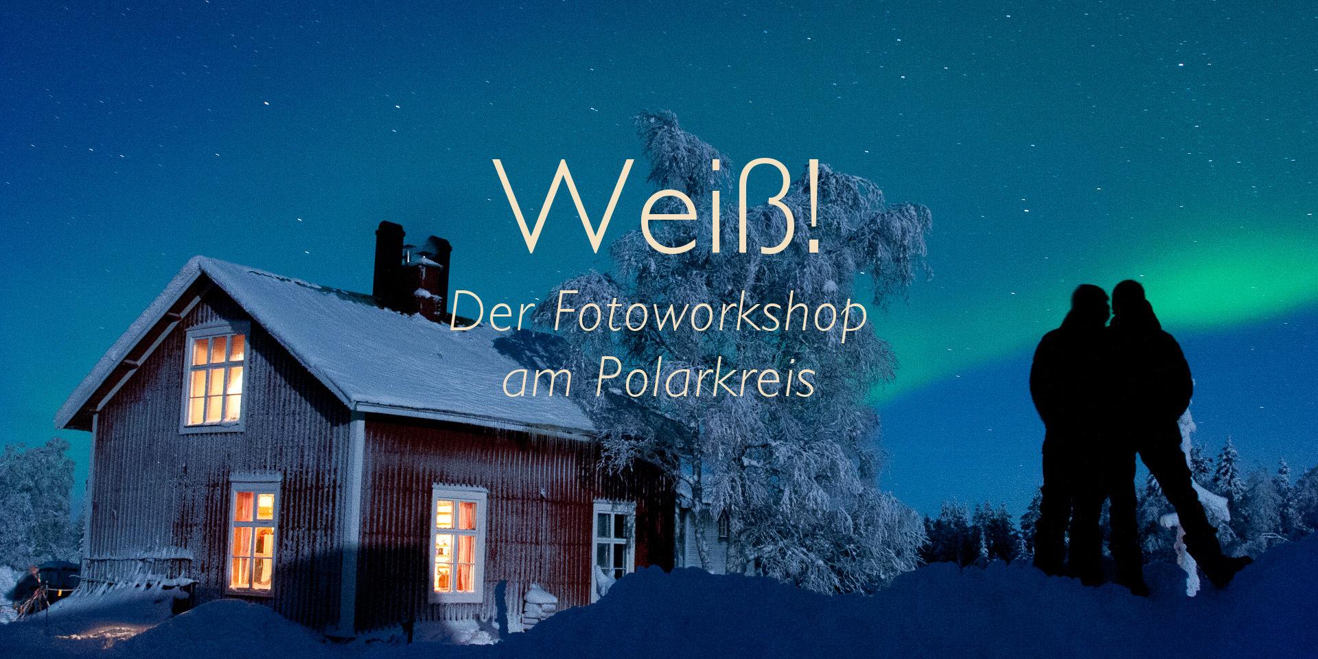 Haupthaus des Wildnisdorf Solberget in der winterlichen Polarnacht mit Sternenhimmel, Nordlicht, viel Schnee und zwei Personen als Silhouette